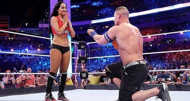 W ubiegłą niedzielę, podczas gali Wrestlemania 33 doszło do niecodziennej sytuacji. John Cena po wygranej z duetem The Miz-Maryse Ouellet, uklęknął na ringu i oświadczył się swojej wieloletniej partnerce Nikki Bella, a ona oczywiście powiedziała tak.