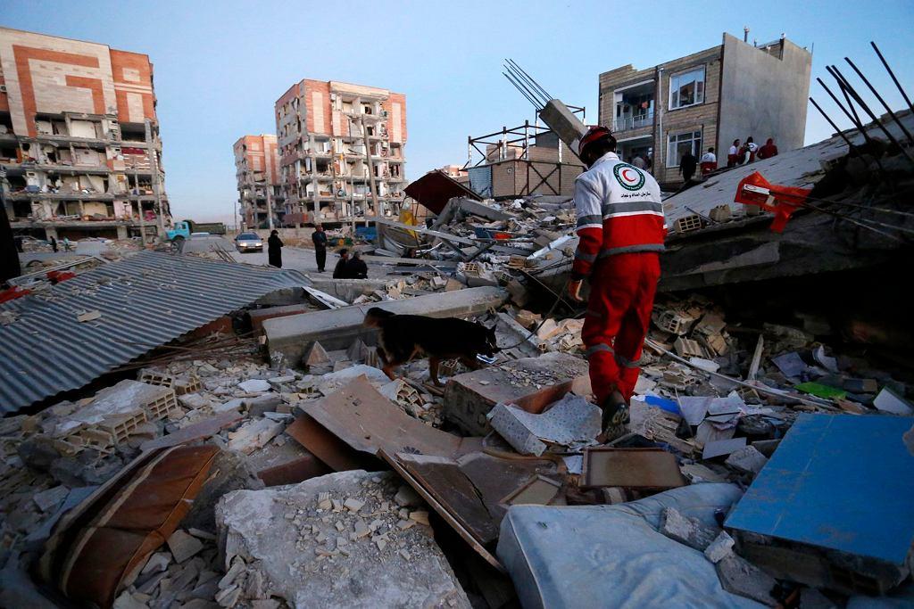Skutku trzęsienia ziemi na pograniczu Iraku i Iranu