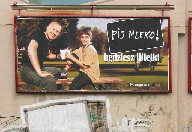 Nabiał w diecie dziecka? Polacy uwierzyli Bogusławowi Lindzie, który odczarował picie mleka, a haslo kampanii -