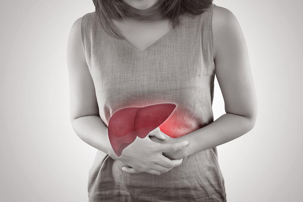 Objawem kolki wątrobowej jest ostry ból brzucha, który pojawia się pod żebrem, a następnie promieniuje ku łopatce i okolicy ramienia.