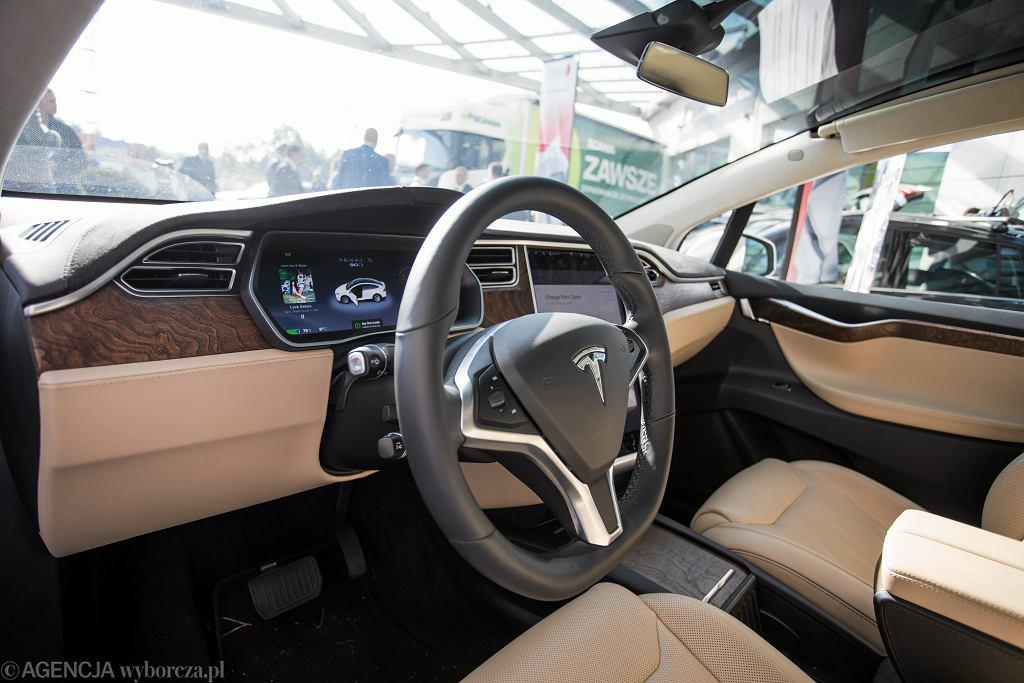 Wnętrze samochodu Tesla - zdjęcie ilustracyjne
