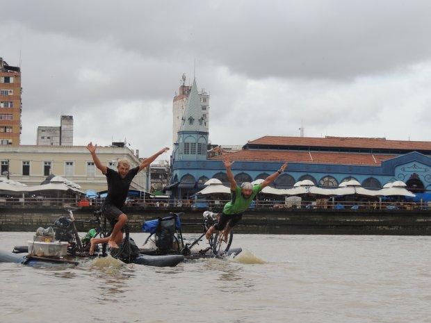 Hubert Kisiński i Dawid Andres wykonują skok radości w Belem na zakończenie etapu wodnego wyprawy. Fot. Igor Vianna
