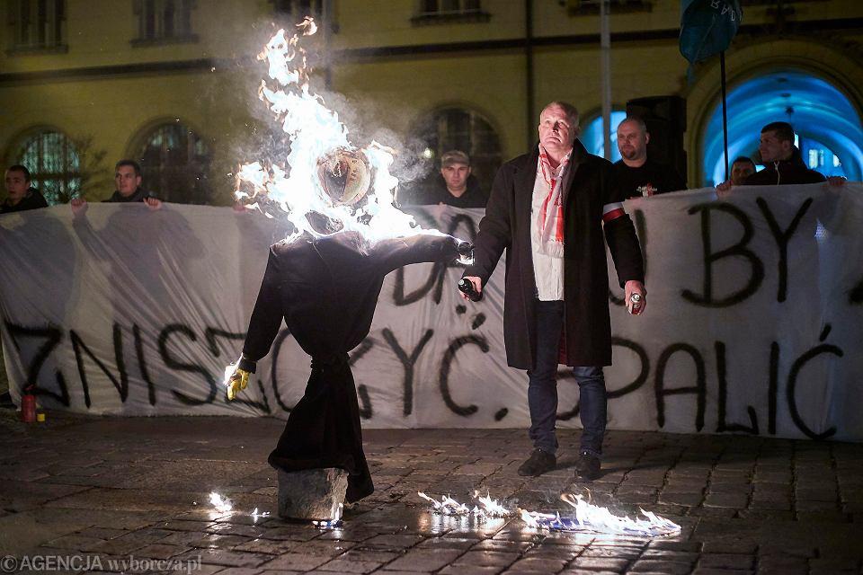 Gdy sąd skazywał na więzienie podpalacza kukły Żyda Piotra Rybaka, kandydat Iwo Matecki uznał to za atak na wolność słowa
