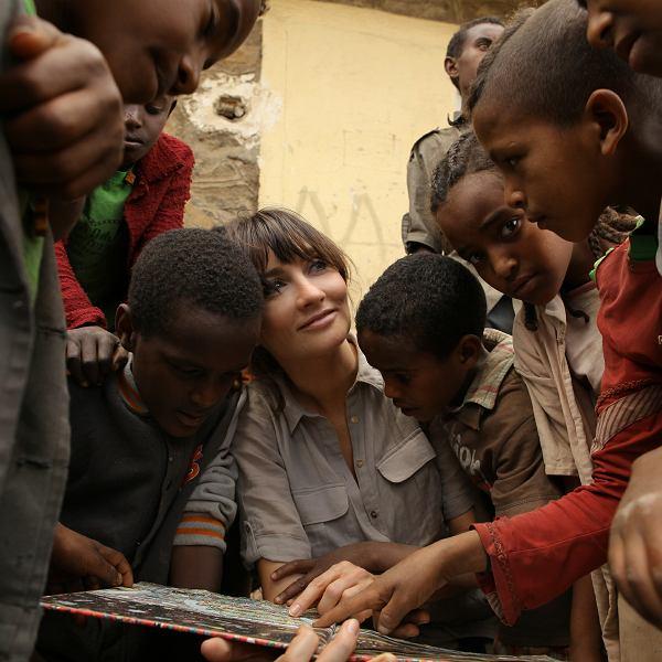 Dominika Kulczyk z małymi Etiopczykami, bohaterami jej programu 'Efekt Domina'