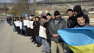 Krymscy Tatarzy protestujący w  Symferopolu przeciwko szykanom ze strony Rosji