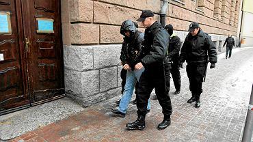 11 lutego 2010 r. Policjanci doprowadzają do sądu kiboli Lecha Poznań zatrzymanych podczas akcji Centralnego Biura Śledczego