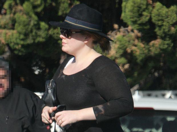 Adele z obrączką na palcu
