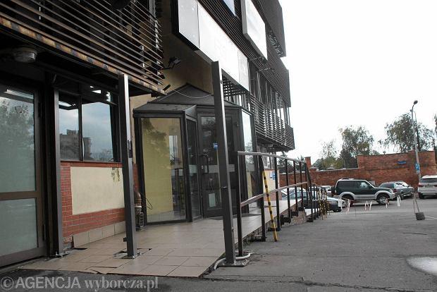Przed siedzibą PiS przy Nowogrodzkiej wyrasta ogrodzenie. Po lipcowych protestach?