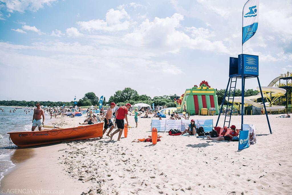 Ratownicy na plaży w Brzeźnie (fot. Bartosz Bańka / Agencja Gazeta)