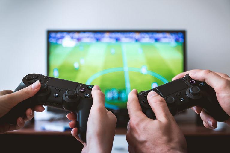 Planujesz zakup PlayStation 4? Zobacz najlepsze oferty na konsolę i gry, które warto mieć