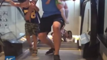 Dramatyczny wypadek na ruchomych schodach wstrz�sn�� Chinami. I oto tego skutki [WIDEO]