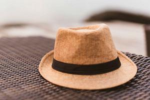 Słomkowe kapelusze idealne na wakacje - przegląd stylowych modeli