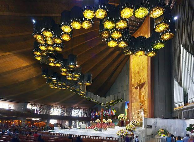 Bazylika Matki Bo�ej z Guadalupe. Najwi�ksze sanktuarium maryjne na �wiecie, co roku odwiedza je 12 milion�w katolickich pielgrzym�w. Bazylika ze s�ynnym obrazem Matki Bo�ej powsta�a w Meksyku na pami�tk� objawienia Marii z Nazaretu Juan Diego w 1531 roku. W tradycji katolickiej to najstarsze objawienie maryjne.