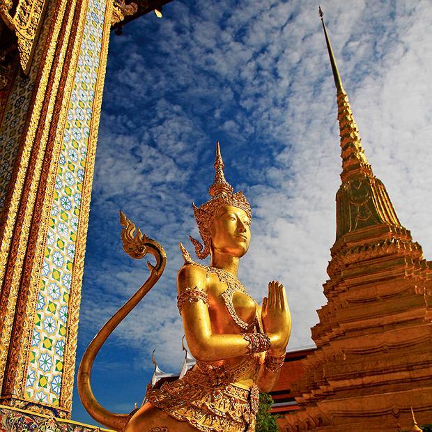 Złoty posąg Kinnari w Świątyni Szmaragdowego Buddy (Wat Phra Kaew) w Bangkoku