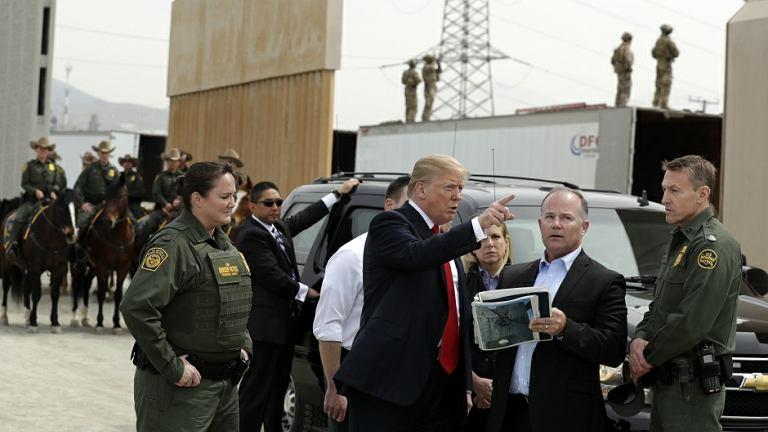 Donald Trump na granicy z Meksykiem oglądał prototypy murów