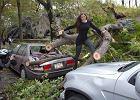 Modelka sfotografowa�a si� na tle zniszcze� po huraganie. Internauci nie maj� lito�ci [ZDJ�CIA]