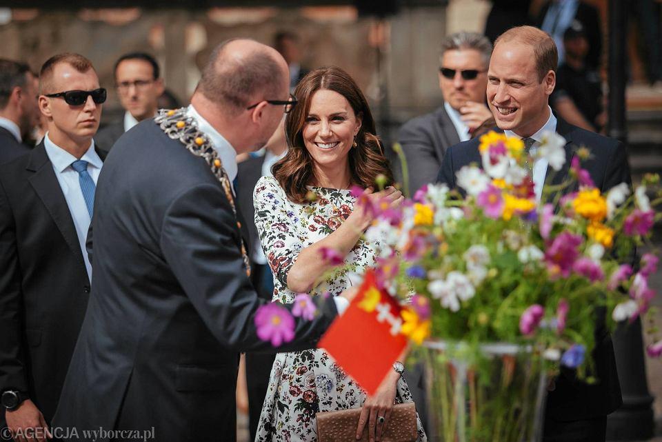 Zdjęcie numer 10 w galerii - Para książęca spotkała się z Wałęsą. Przywitały ją też transparenty o demokracji w Polsce
