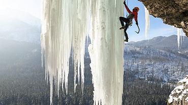 Krzysztof Rychlik wspina się po ogromnej, lodowej kurtynie w Dolinie Białej Wody