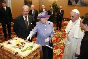 Brytyjska kr�lowa u papie�a Franciszka. Przywioz�a mu szkock� whisky