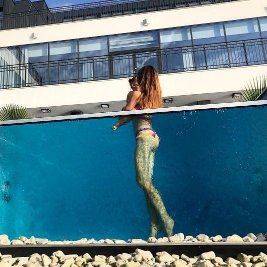 Zdjęcie numer 2 w galerii - Anna Wendzikowska chwali się zgrabną pupą w ekskluzywnym basenie.