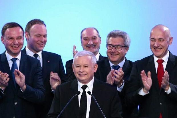 Radość w sztabie PiS po ogłoszeniu wyników wyborów