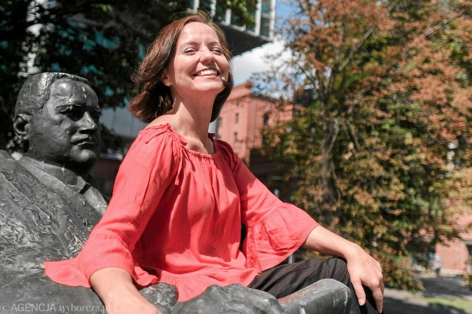 Dorota Bonk-Hammermeister, prezeska Prawa do Miasta, przy pomniku Cyryla Ratajskiego