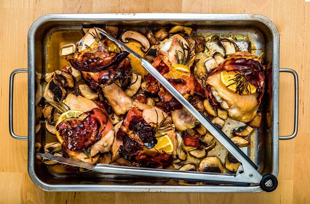 Kurczak pieczony z boczkiem i pieczarkami