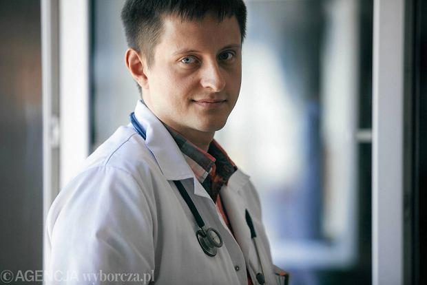 """M�odzi lekarze chc� zmian. Bo za ma�o zarabiaj�. """"Jeste�my zmuszeni, by wyj�� na ulic�"""""""
