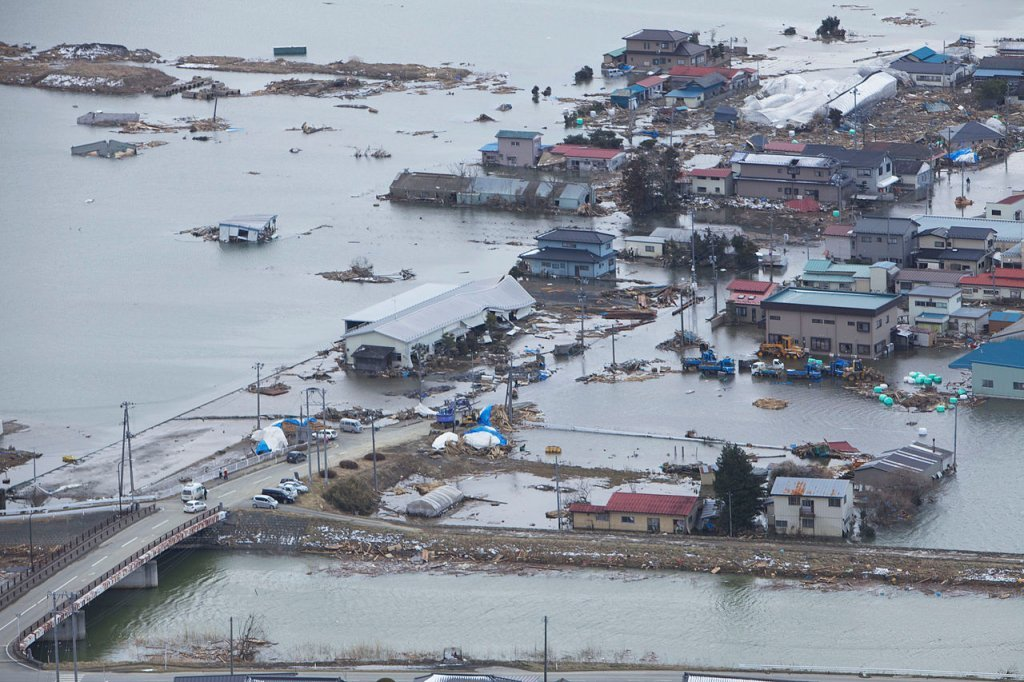 Krajobraz po tsunami (fot. U.S. Marine Corps photo by Lance Cpl. Ethan Johnson / wikiemdia.org / public domain)