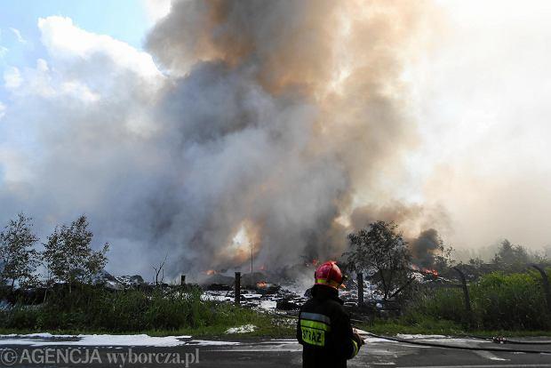 Strażacy walczą z pożarem składowiska opon w Trzebini. Samoloty w akcji