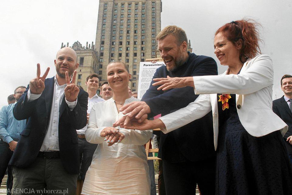 Jan Śpiewak (Wolne Miasto Warszawa), Paulina Piechna-Więckiewicz (Inicjatywa Polska), Adrian Zandberg (Partia Razem) i Dagmara Misztela (Partia Zieloni) podczas wspólnej konferencji prasowej. Warszawa, 12 czerwca 2018