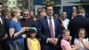 Premier Mateusz Morawiecki podczas uroczystości wręczenia lokatorom kluczy do mieszkań wybudowanych w ramach programu 'Mieszkanie plus'. Biała Podlaska, 26.05.2018 r.