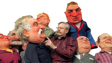 Marcin Wolski ze swoimi lalkami w domu (Lech Wałęsa, Bronisław Geremek, Józef Oleksy, Adam Michnik, Jurek Owsiak)