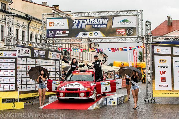 Zdjęcie numer 8 w galerii - 27. Rajd Rzeszowski. Nikolay Gryazin świętował zwycięstwo na rzeszowskim Rynku [GALERIA]
