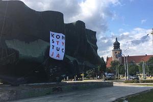 """To zapewne największy pomnik ubrany w koszulkę """"Konstytucja"""".   W Elblągu uczczono rocznicę Porozumień Sierpniowych"""