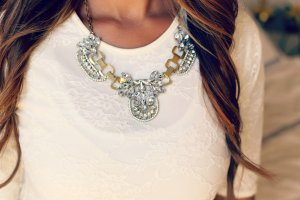 Jak dobrać biżuterię do dekoltu? Porady