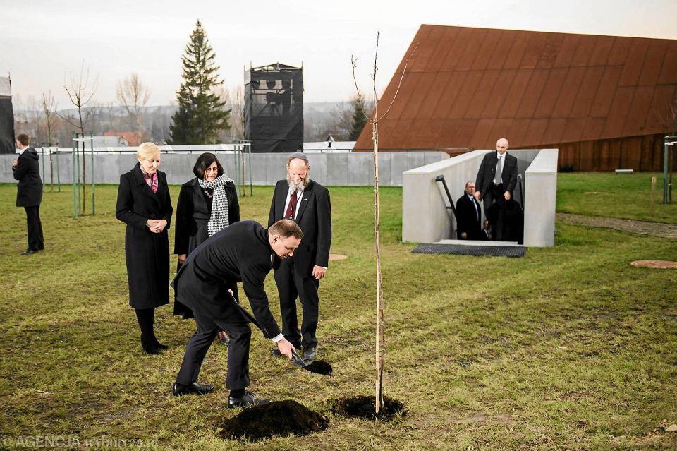 Pierwsze drzewo w sadzie owocowym zaplanowanym przed muzeum w Markowej wczoraj wieczorem posadził prezydent Andrzej Duda