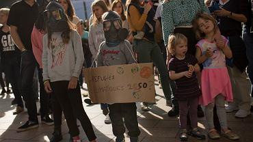 'Uchodźcy klimatyczni 2050?' Tak wyglądał protest 6 października przed Parlamentem Europejskim. Jego uczestnicy żądali honorowania Paryskiego Porozumienia Klimatycznego z 2015 roku.