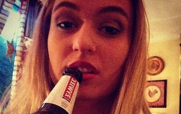 W toalecie, z butelk� piwa i w rajstopach na g�owie. Pierwsza polska aktorka porno w Brazzers pokaza�a prywatne zdj�cia