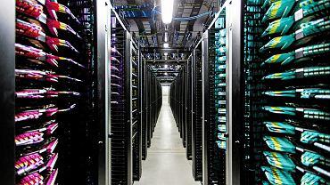 50 korytarzy, w każdym 26 szaf. Wszystko świeci się i miga. W serwerowni Facebooka można się zgubić. Ale nie można liczyć na to, że Facebook zgubi choćby jedną informację o aktywności na naszym koncie