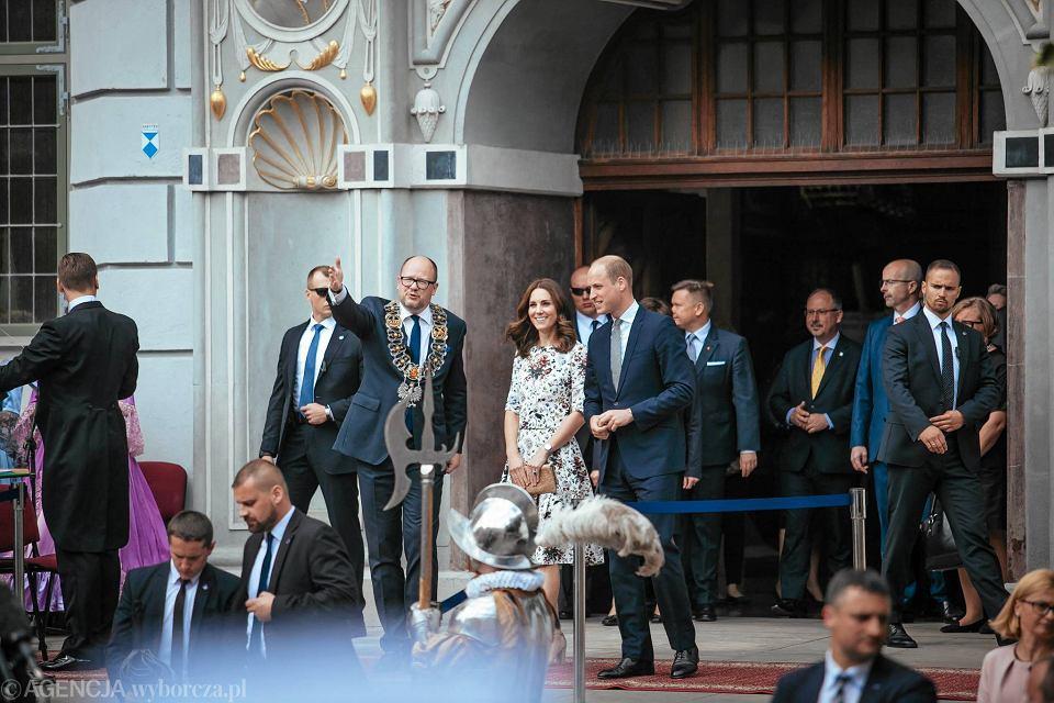Zdjęcie numer 9 w galerii - Para książęca spotkała się z Wałęsą. Przywitały ją też transparenty o demokracji w Polsce