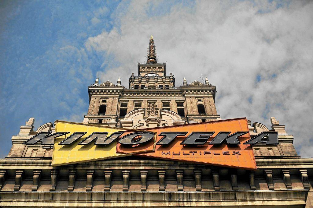 Kinoteka jeszcze ze starym neonem na Pałacu Kultury / BARTOSZ BOBKOWSKI