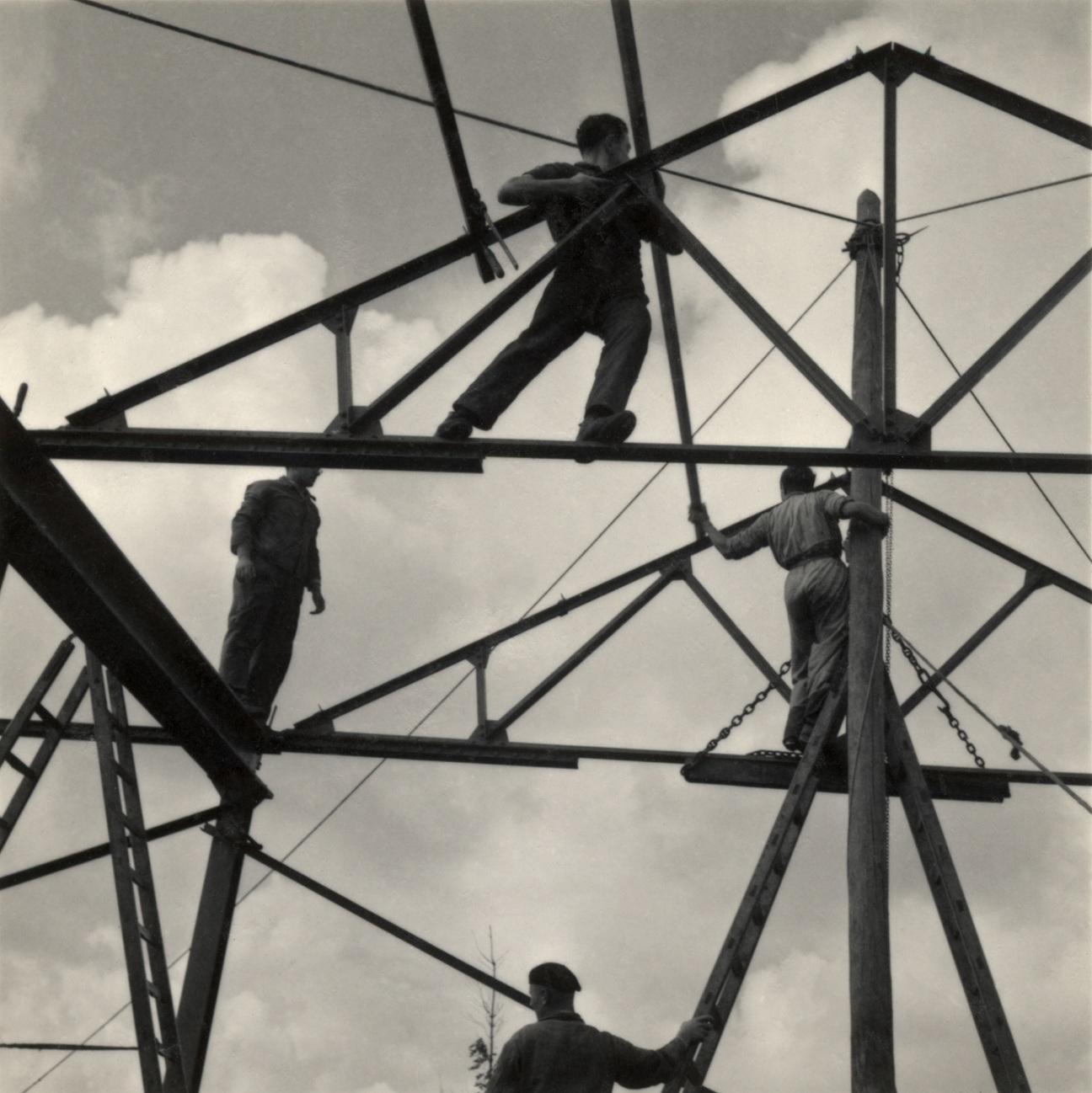 Młodzi syjoniści budują szkołę i odlewnię, ucząc się technik konstrukcyjnych, Werkdorp Nieuwesluis, Wieringermeer, Holandia, 1939 (fot.   Mara Vishniac Kohn, dzięki uprzejmości  International Center of Photography)