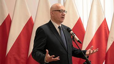 Kielce, 18.04.2018, minister Joachim Brudziński podczas wręczania promes na usuwanie skutków klęsk żywiołowych