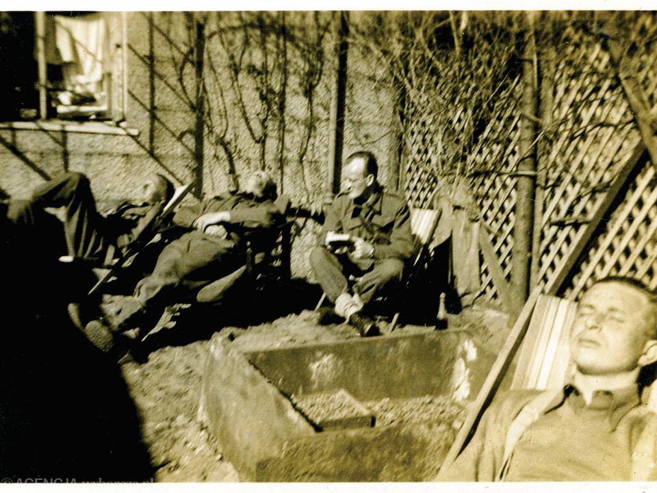 Stefan Borsukiewicz podczas przerwy w zajęciach (na zdjęciu z książką). Szkocja 1941