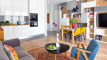 Większość mebli została zrobiona przez stolarza według pomysłu projektantki, która dopasowała sprzęty i do stylu wnętrza, i do potrzeb domowników. Ciepła, stonowana kolorystyka sprawia, że mieszkanie jest bardzo przytulne - a na tym właśnie bardzo zależało Paulinie.