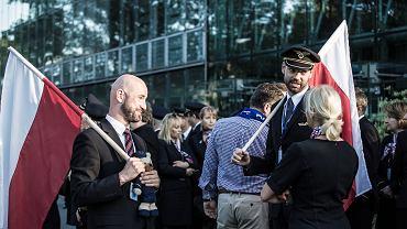 Pikieta pracowników PLL LOT przed zapowiadanym na majówkę strajkiem pilotów. Warszawa, 1 maja 2018 r.