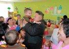 Kim Dzong Un odwiedzi� dom dziecka w Pjongjangu. Obfotografowano go z dzie�mi