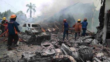 Wojskowy samolot spad� na hotel i domy w indonezyjskim mie�cie. Nie �yje co najmniej 30 os�b