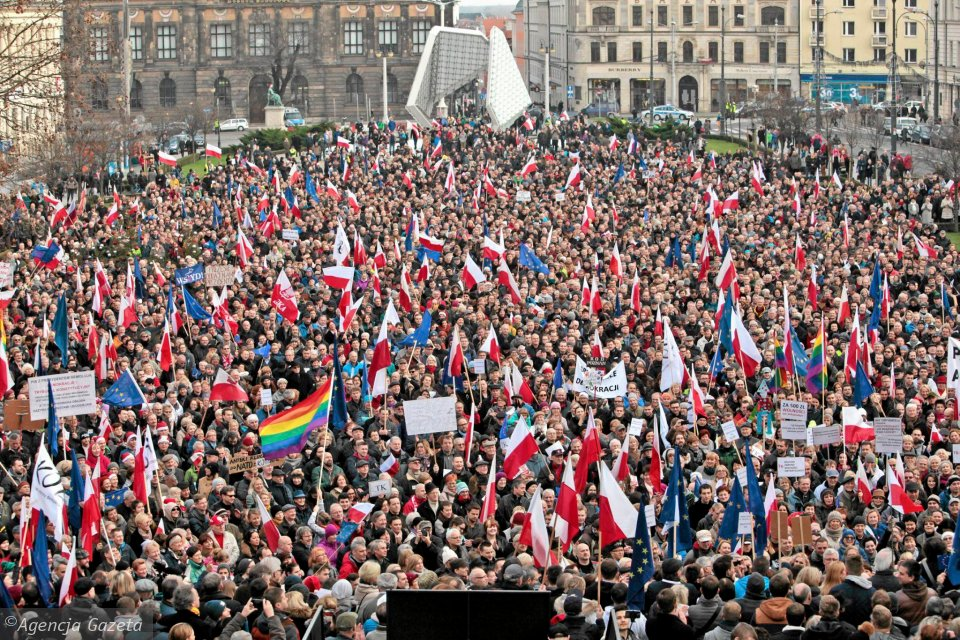 http://bi.gazeta.pl/im/1d/79/12/z19371805V,Komitet-Obrony-Demokracji-w-Poznaniu---druga-demon.jpg